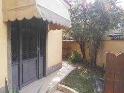 Casa de Esquina e Independente com 2 Quartos, Belo Quintal e Porão Próx. Brizolão Ac Carta