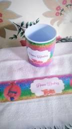 Kit caneca plástica e toalhinha