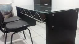 Mesa com 2 cadeiras, armário arquivo