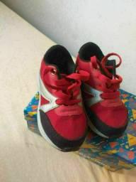 Sapatos e tênis infantil masculino N° 24 R$ 40 cada um.