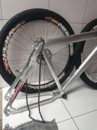 Quadro de alumínio e duas rodas completas