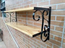 Prateleira de ferro com madeira maciça