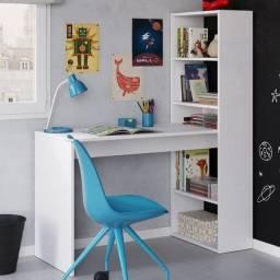 Mesa escrivaninha branca com estante lateral