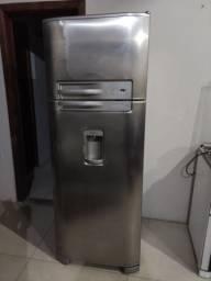 Geladeira Eletrolux DC49X com Dispenser de água
