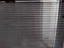 Quatro persianas alumínio perfurado