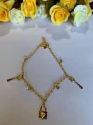 Pulseira Banhada a Ouro 18k com chaves e cadeado Pendurado