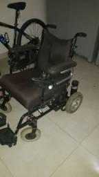 Cadeira de rodas elétrica não acompanha bateria.