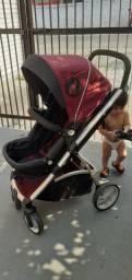 Carrinho de bebê com bebê conforto e base para cadeirinha de carro.