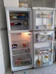 Vendo geladeira semi nova continental.
