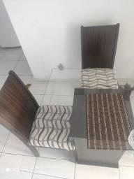 Mesa de vidro e três cadeiras