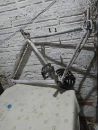 Vendo quadro de bicicleta aro 26 com pedais de ferro