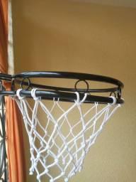 Cesta de basquete tamanho oficial.