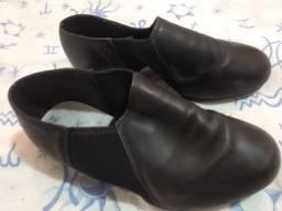Sapato sapateado tamanho 39 flexível.
