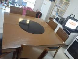 Mesa giratória no meio com 8 cadeiras