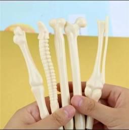 Caneta esferográfica em forma de ossos humanos.