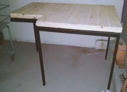 Expositor com pés de ferro e tempo de madeira palite
