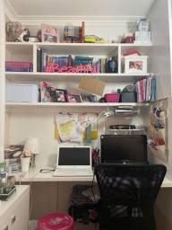 Escrivaninha e painel