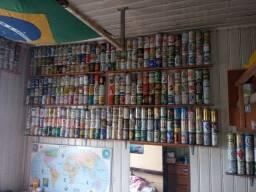 Coleção de latas de cerveja.