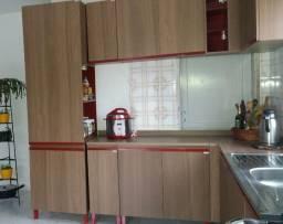 Cozinha, mesa com cadeiras e Fogão