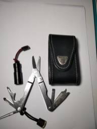 Canivete multi funçoes marca leatherman com laterna fenix
