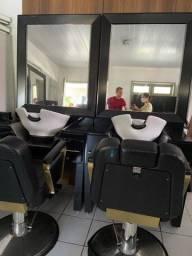 Salao completo com lavatórios é conjunto de cadeiras e lavatórios.