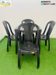 Mesa com 4 cadeiras de plástico sem braço