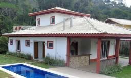 Bela Casa à Venda em Condomínio Altíssimo Padrão: Próximo a Itaipava