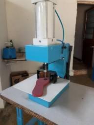 Máquina de furar palmilhas com ajuste automático
