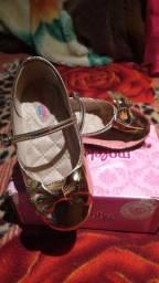 Sapato Molekinha dourado número 25