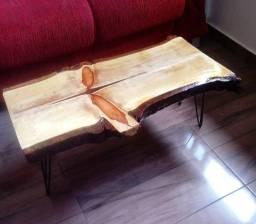 Mesa de centro rústica Nova de madeira maciça e pés de ferro.