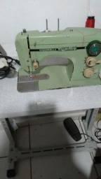 Máquina de costura e de corte de tecido