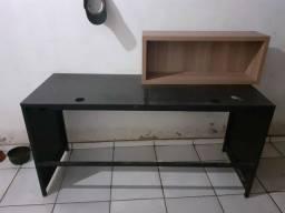 Mesa de metal preta, bem conservada.