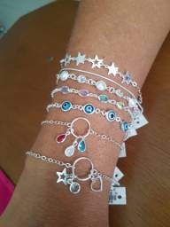 Pulseiras, anéis e brincos de prata