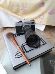 Máquina de fotografia antiga com teleobjetiva