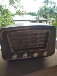 Rádio de válvulas antigo