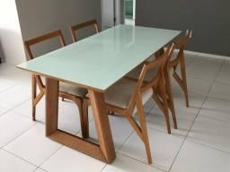Mesa de jantar em madeira com quatro cadeiras,