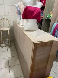 Balcão de madeira com gaveta e espaço