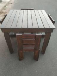 mesa de madeira com cadeiras