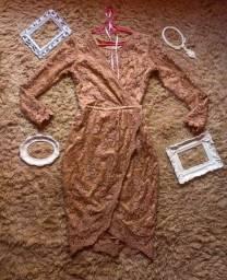Lindo vestido de festa, todo coberto em renda na cor marfim.