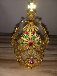 Coroa antiga de metal dourado para santo adornada com pedras coloridas