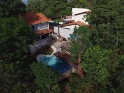 Bela casa no alto da serra o condomínio Colinas, 04 suítes, piscina, 240 m²!