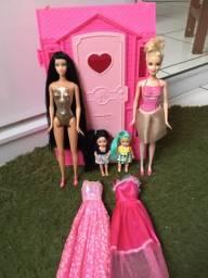 Vendo lote de Barbie, casinha, vestidos e kellys
