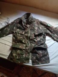 Calça e camisa camuflada tamanho P