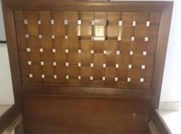 Cama de madeira com colchao