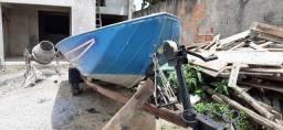Um barco com motor Johnson 25