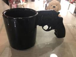 Caneca 3D em formato de revólver