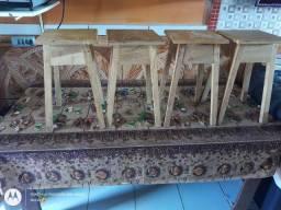 Vendo essa mesa de madeira e esses bancos por motivos de viagem