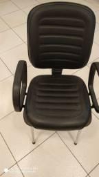 Cadeira diretor com pés fixos e cromada.