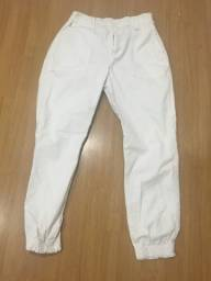 Calça branca estilo baggy