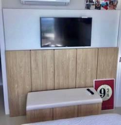 Painel de TV e Parede com Baú Estofado MDF Essencial Wood